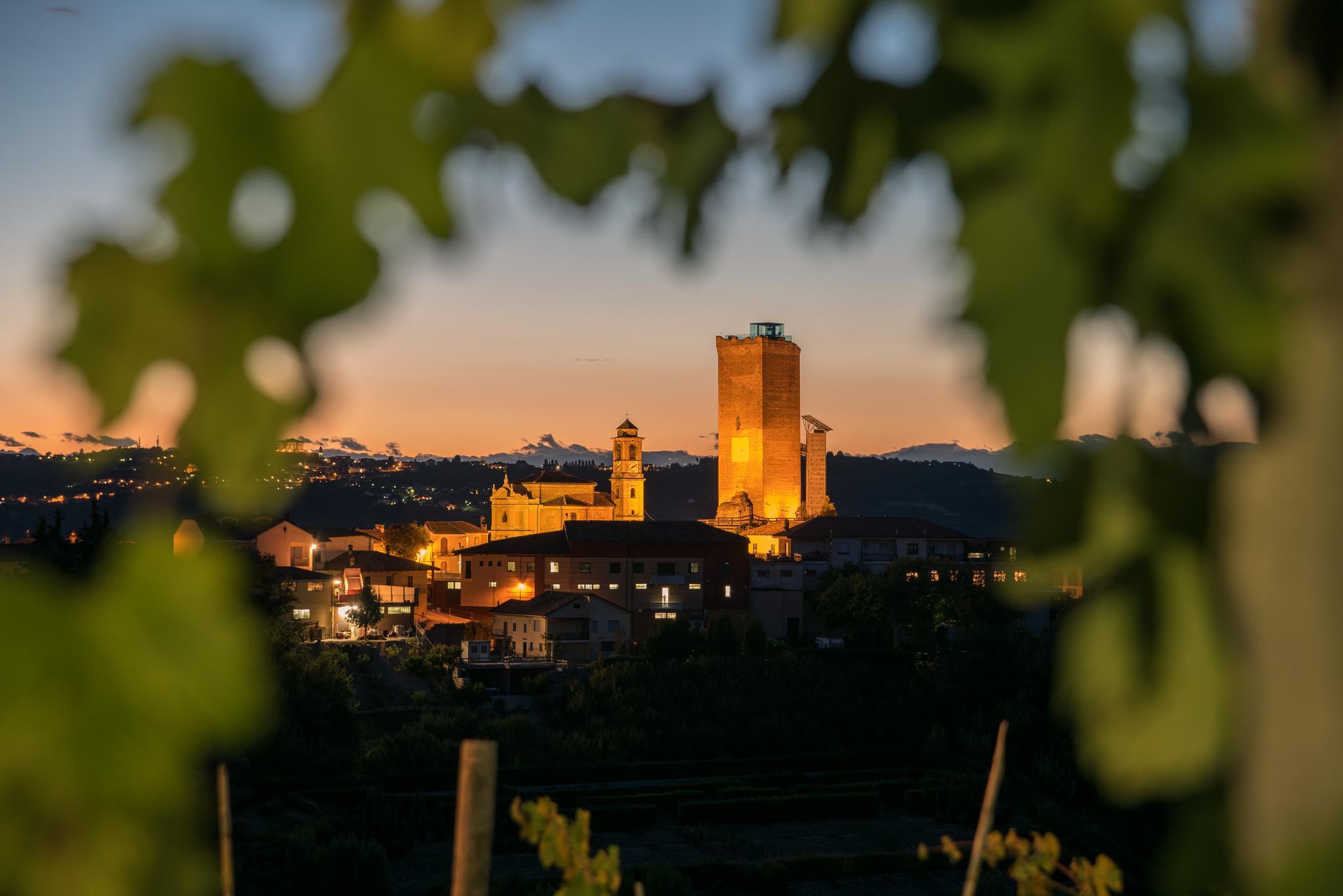Paesaggi-Italia - Emanuele Tibaldi Fotografo Barbaresco - Torre-di-Barbaresco-al-tramonto-Tramonto-nelle-Langhe - Fotografo-di-paesaggi-Barbaresco-Torre-paesaggio-notturno-nelle-langhe