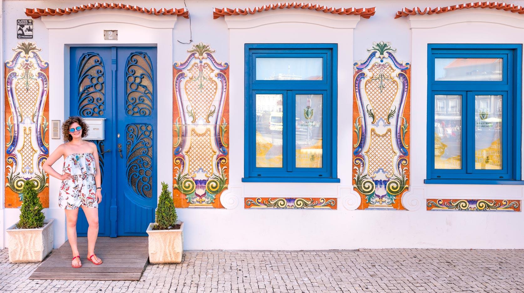 Paesaggi-Portogallo - DSC 2256 - Aveiro, modella di fronte a casa piastrellata, Portogallo - Aveiro, modella di fronte a casa piastrellata, Portogallo